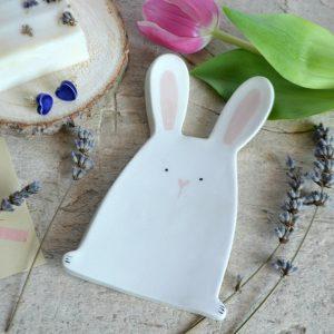 un piattino a forma di coniglietto tenerissimo