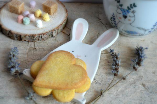 un piattino a forma di coniglio con dentro i biscotti