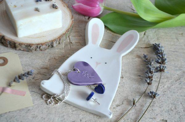 un piattino a forma di coniglio usatpcome porta bijoux