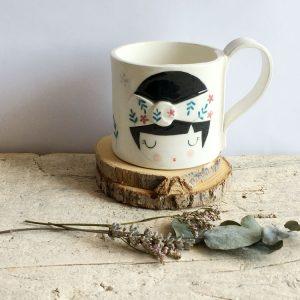 tazza da tè con decorata faccina con fascia turbante tra i capelli