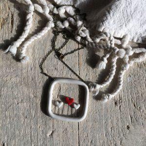 una collana con 3 cuori che spuntano come germogli