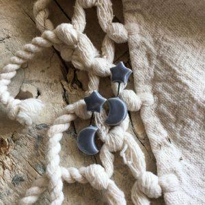 orecchini pendenti rigidi asimmetrici indossati