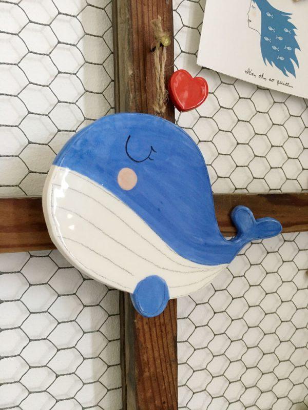 decorazione da parete poggiamestolo balena con cuore appesa